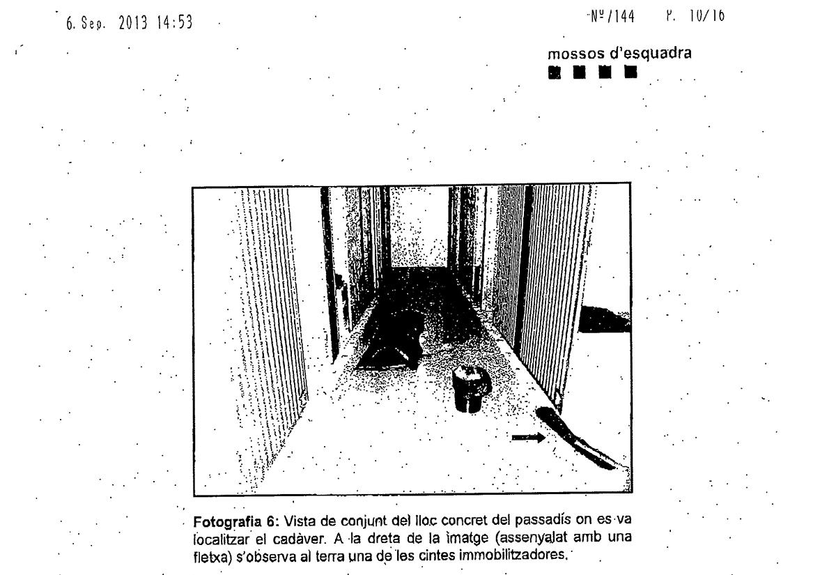 El cadàver de Yassir va quedar al passadís de la comissaria, segons una fotografia al sumari del cas / CRÍTIC