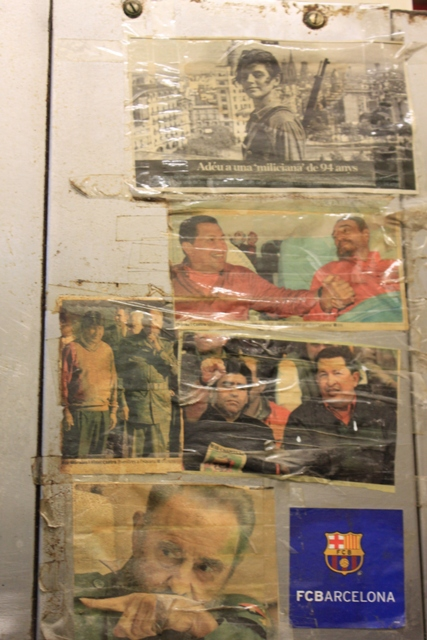 Fotografies penjades pel seu pare en una paret de l'obrador del forn de la família Busqueta / MARC FONT
