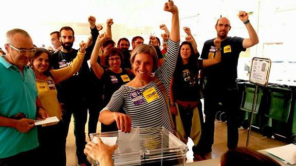 Membre de la CUP votant a l'Ampolla el 27-S. Foto: Aguaita.cat / Nació Digital