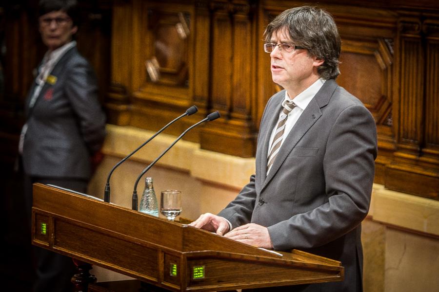 Puigdemont, en el debat d'investidura, al faristol del Parlament / JORDI BORRÀS