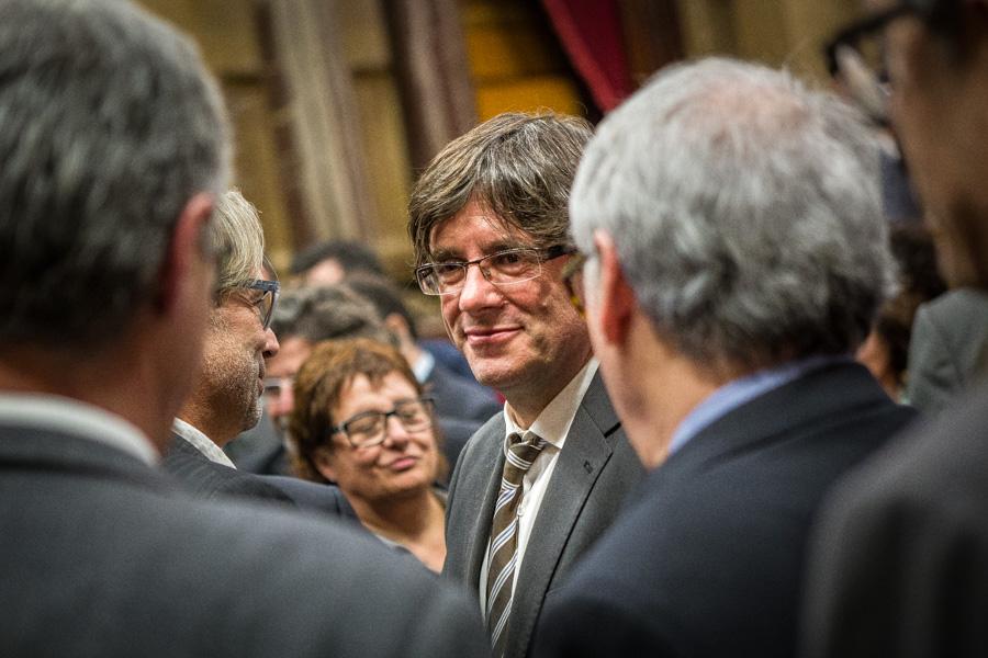 Puigdemont, rodejat d'afins i convidats al Parlament de Catalunya / JORDI BORRÀS