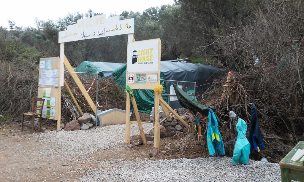 Entrada al camp de refugiats de LightHouse a Lesbos / LAIA ALTARRIBA