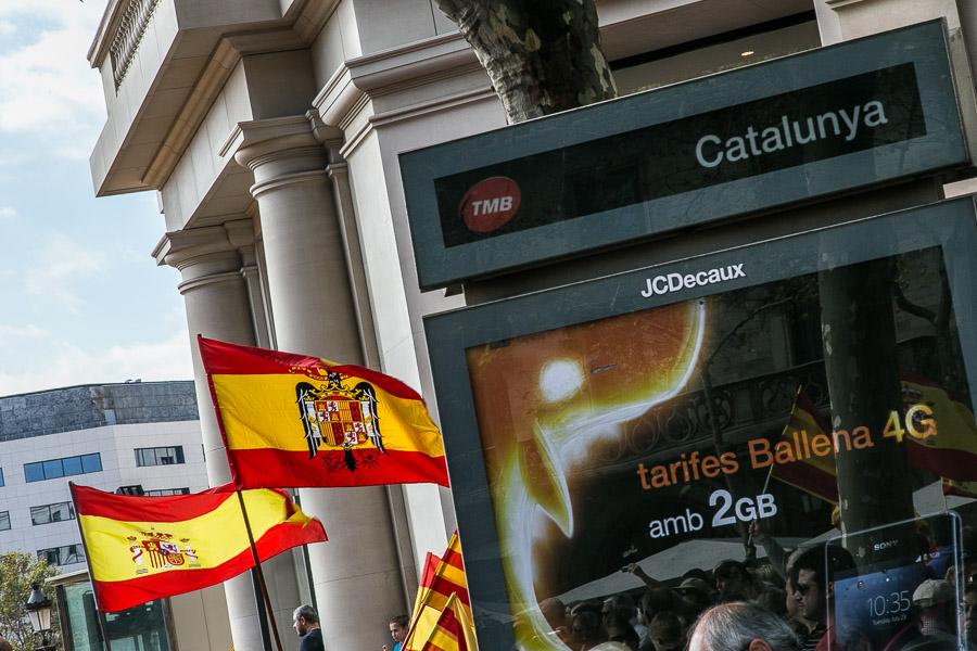 La bandera franquista en una concentració del 12 d'Octubre / JORDI BORRÀS