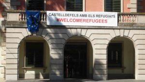 Cartell en defensa dels refugiats, a l'Ajuntament de Castelldefels / MARC COROMINES