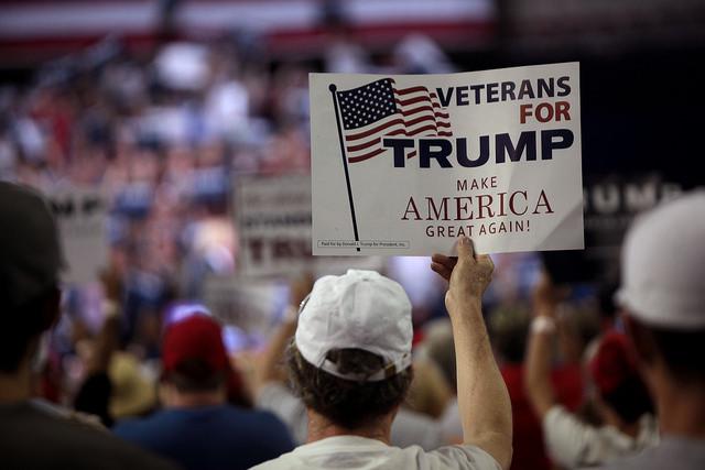 Cartell de veterans de guerra en suport a Trump