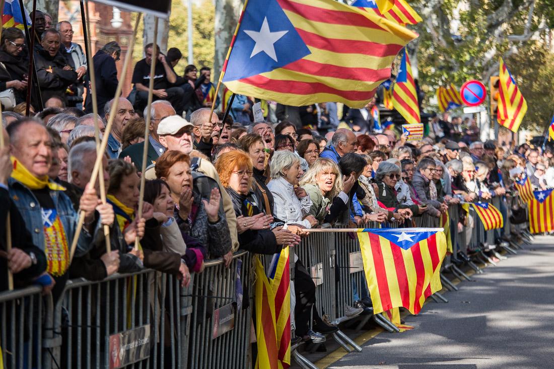 Gent gran en una concentració independentista a Barcelona / JORDI BORRÀS