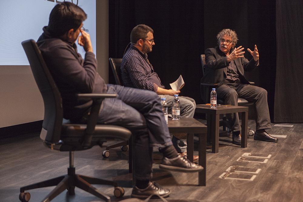Joan Tardà parla amb Pisarello i el periodista Roger Palà / XAVI HERRERO