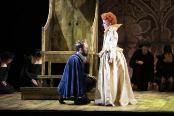 Leicester kneeling for Elizabeth I