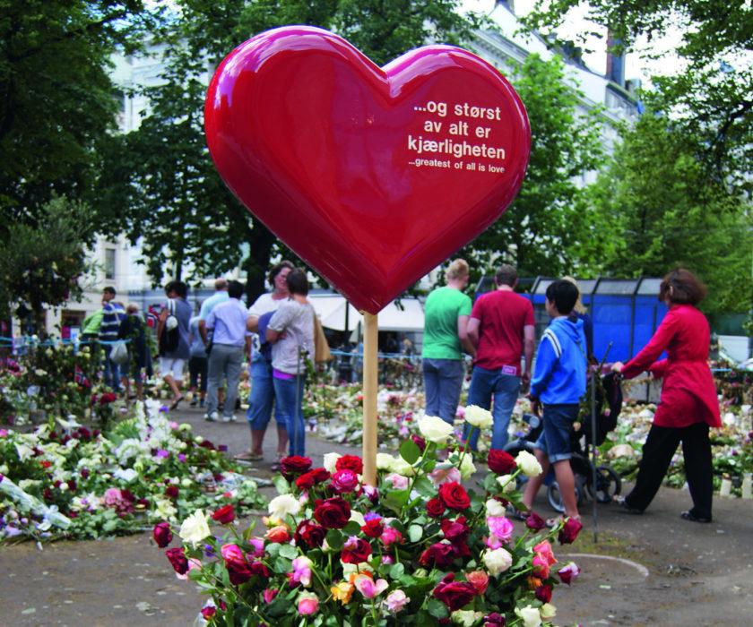 """Bilde fra domkirkeplassen i Oslo etter terroren 22 juli 2011. Et rosehav og et stort hjerte med """"Størst av alt er kjærligheten"""""""