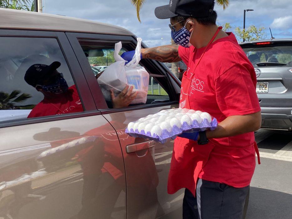 Frelsesarmeen deler ut mat gjennom bilvindu på Hawaii