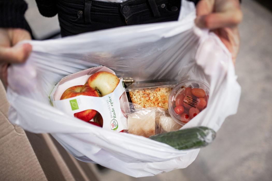 en åpen bærepose sett ovenfra med matvarer oppi