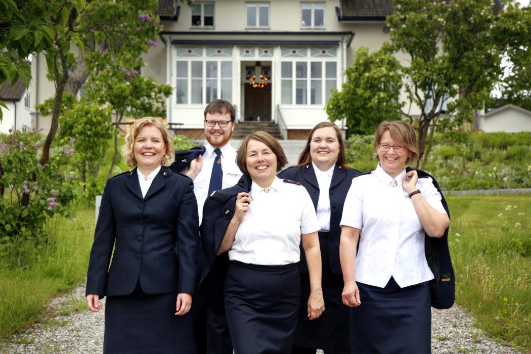 5 kadetter står utenfor Frelsesarmeens offisersskole på Jeløy.