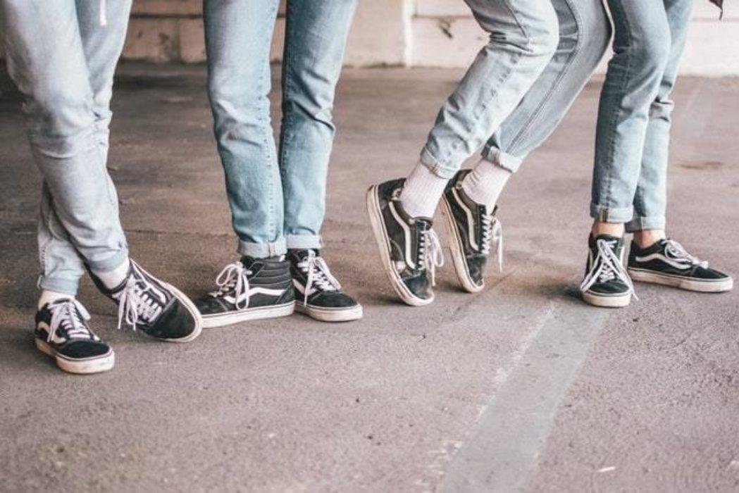Fire par føtter, denim og sneakers