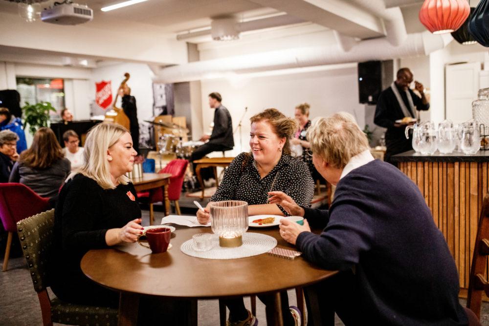 Else Kåss Furuseth i samtale med leder av Sammen, Tone Berg (t.v), og oberstlt. Grethe Berg.