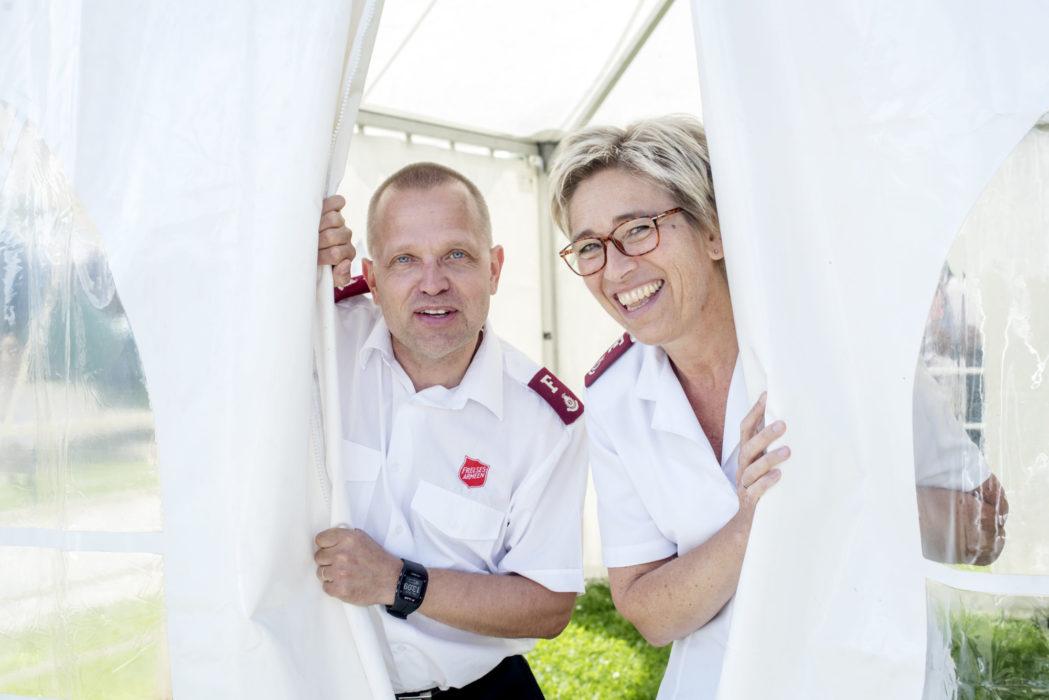 Anders Skoland og Wenche Walderhaug Midjord ønsker velkommen inn. Uniform.