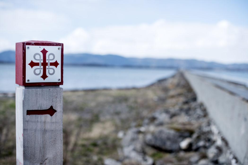Pilgrimsvandringer mellom Selånger ved Sundsvall, Stiklestad og Nidaros er merket med dette skiltet langs ruten.