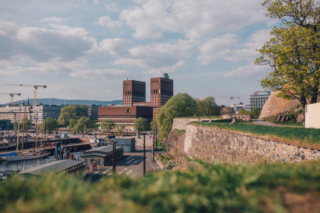 Oslo rådhus sett fra Akershus festning.