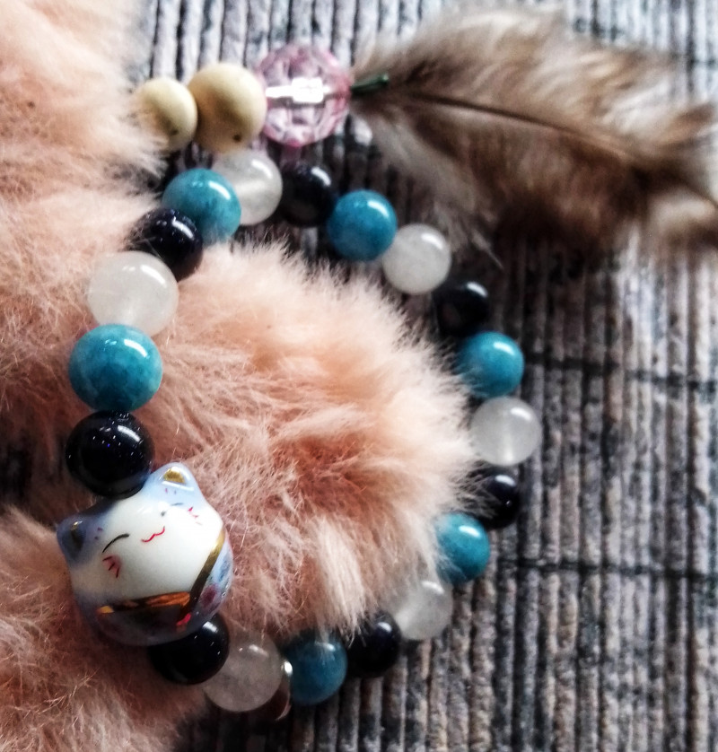 Maneki Neko con gemas azules