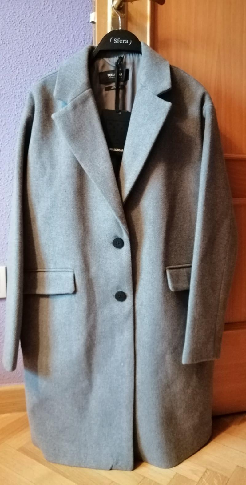 Abrigo de paño gris con etiqueta