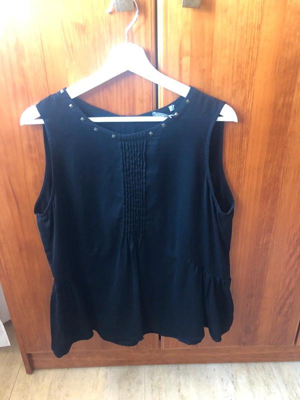 blusa negra El corte inglés detalle cremallera en la espalda