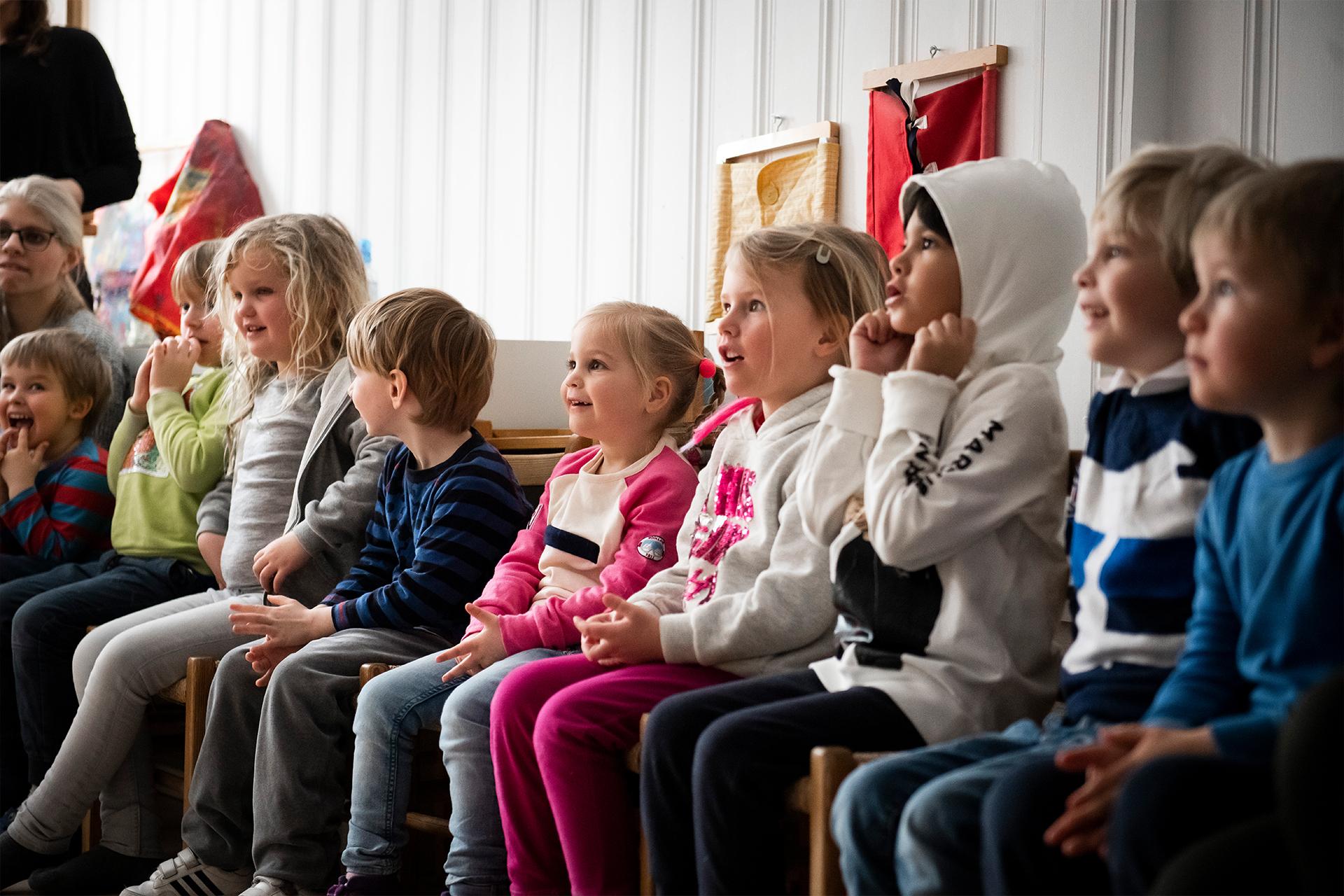 Barn ser på forestillingen om fisk og plast i havet