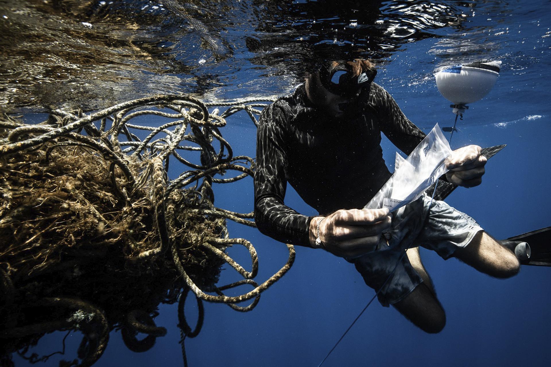 Dykker gransker et tapt fiskeredskap