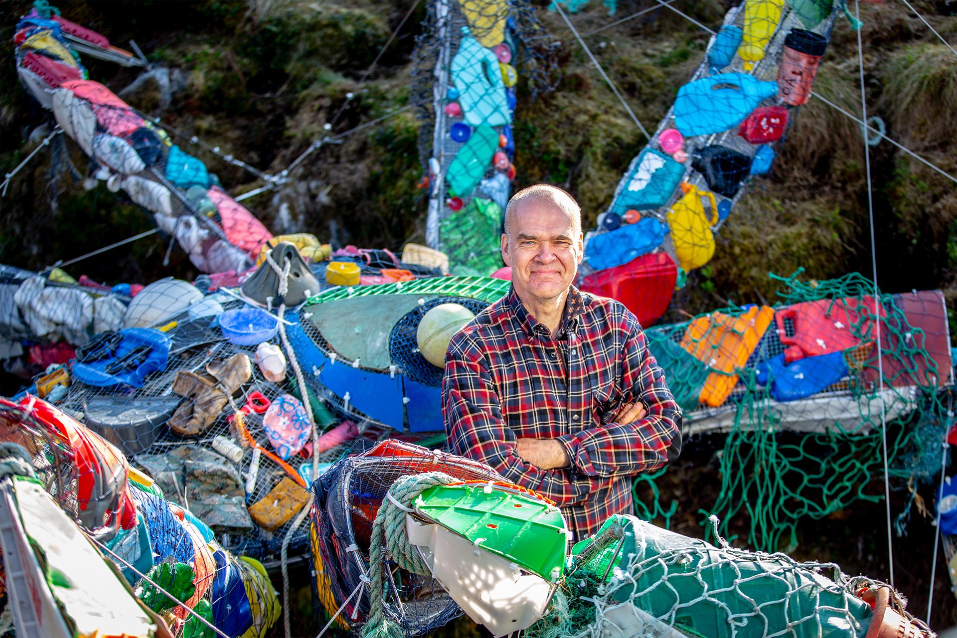 Kunstner Eirik Audunson Skaar ved plastkrabben