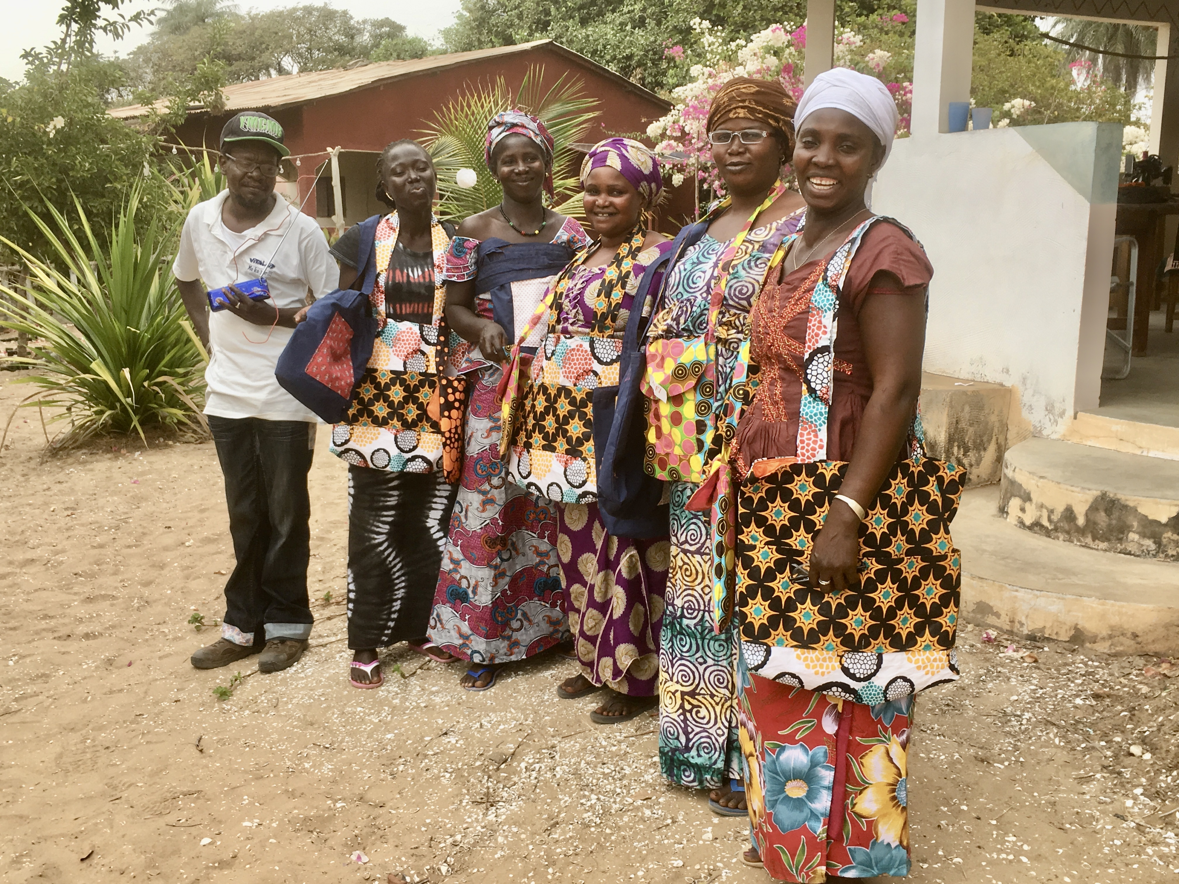 Kvinner med handlenett de har sydd som alternativ til plastbæreposer
