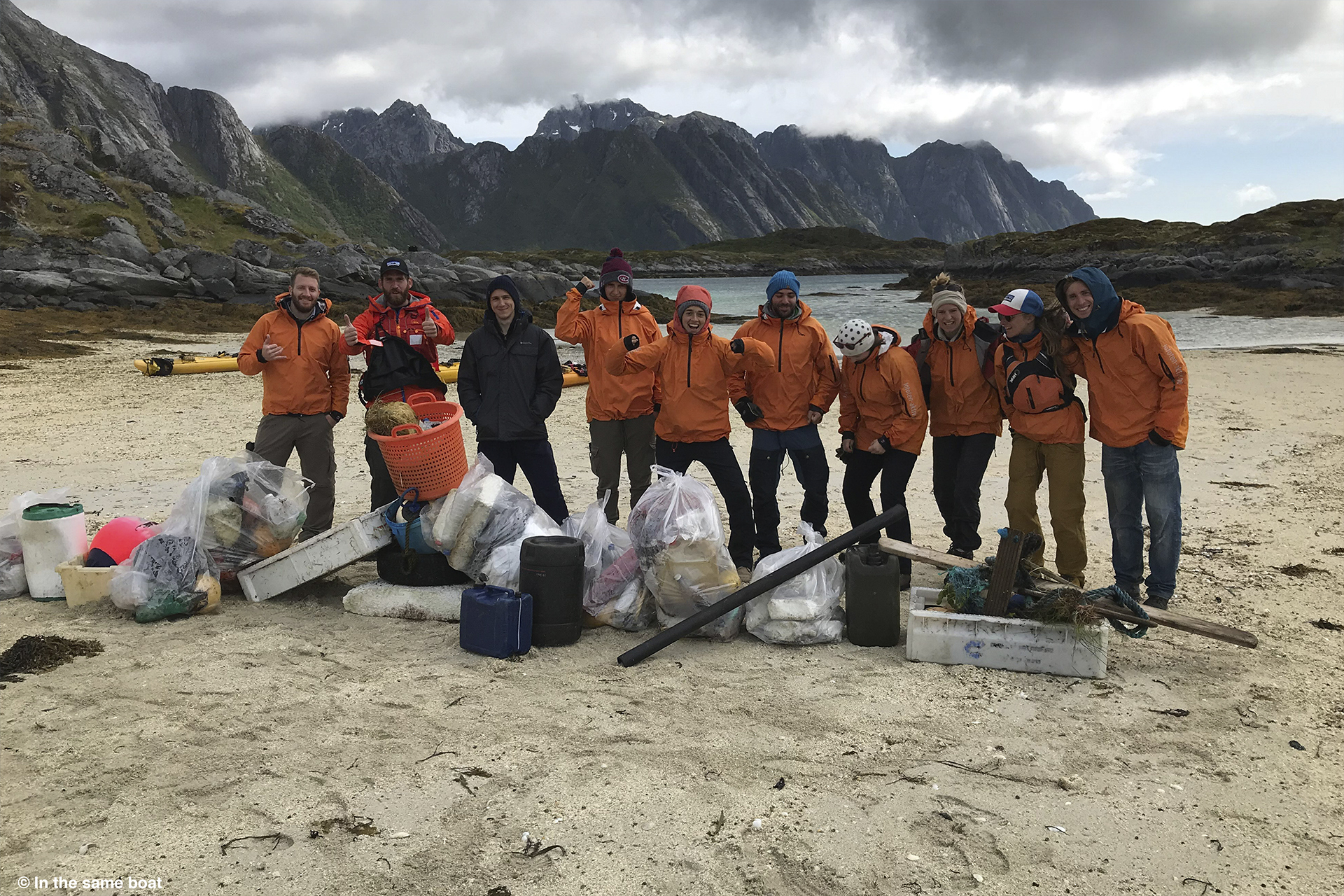 Glade ryddere på strand i Lofoten