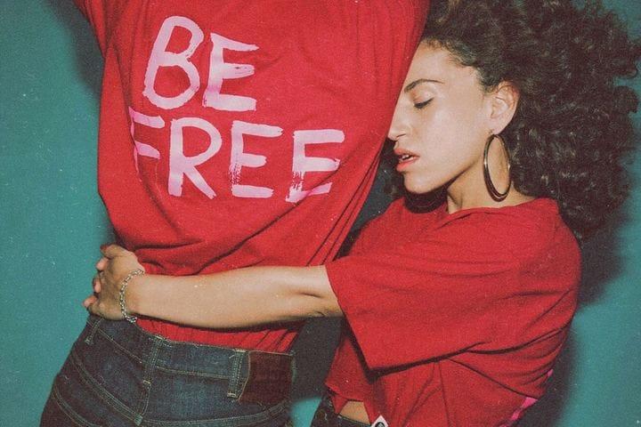טישרט Be Free בצבע אדום