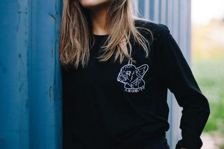 חולצה שחורה מודפסת נשים