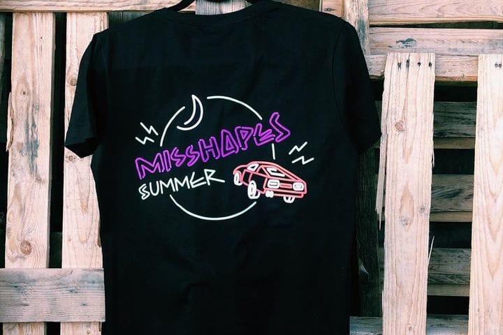 חולצות מודפסות בצבע זוהר