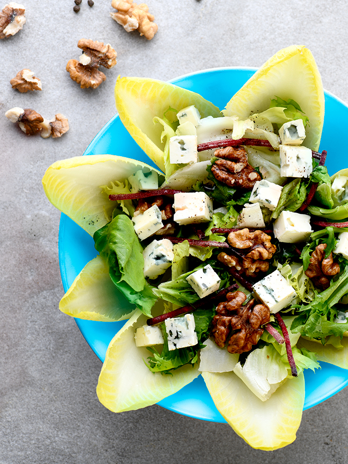Salad with blue cheese and chicory