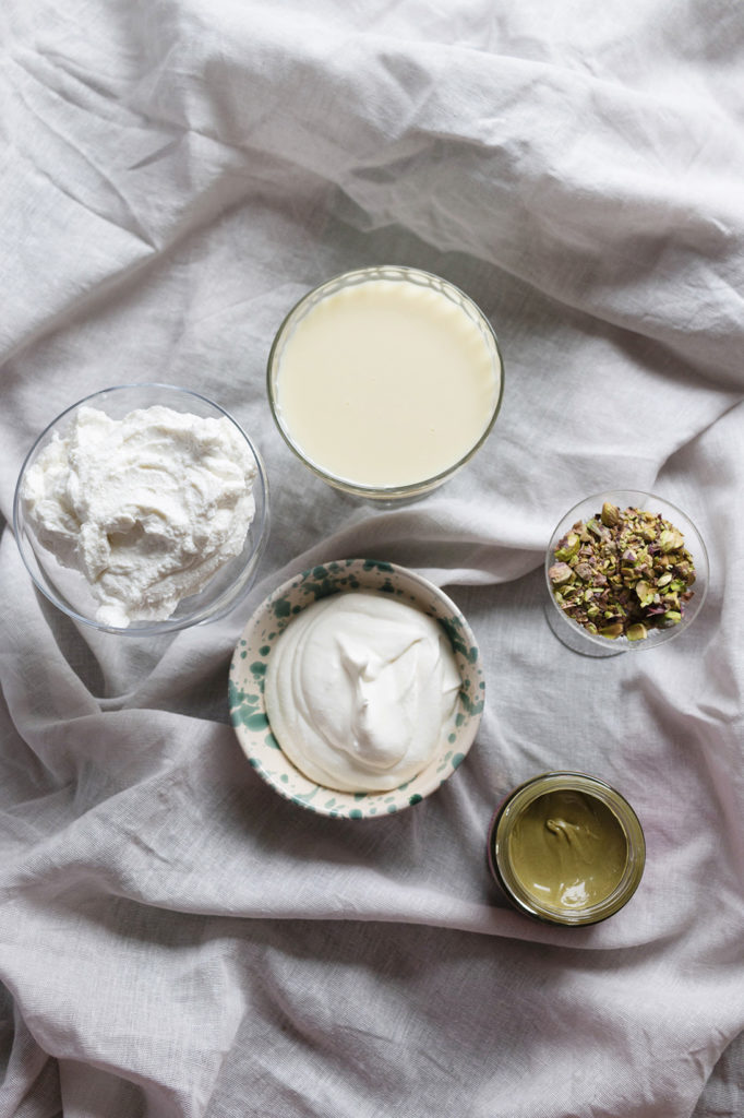 Pistagenötter, pistagekräm, grädde och kondenserad mjölk