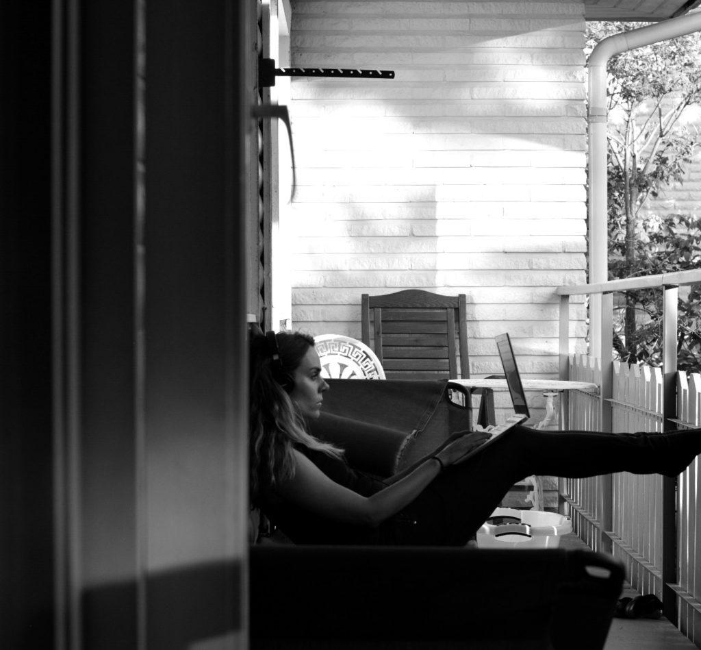Ulrika Nettelblad skriver bok på balkongen