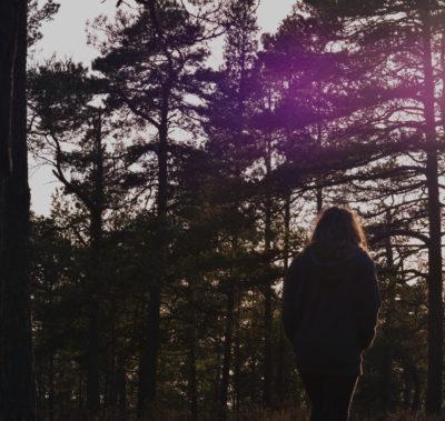 kvinna går i solnedgång