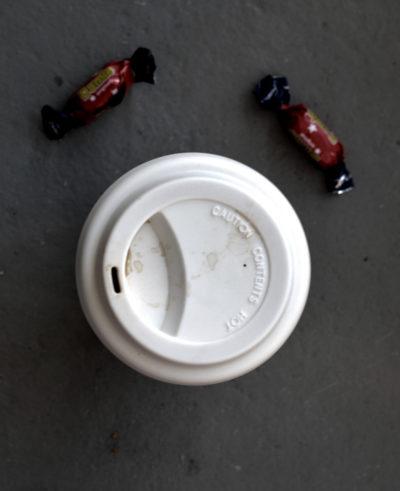 Take-awaykaffemugg i keramik och silikon, två dumlekolor.