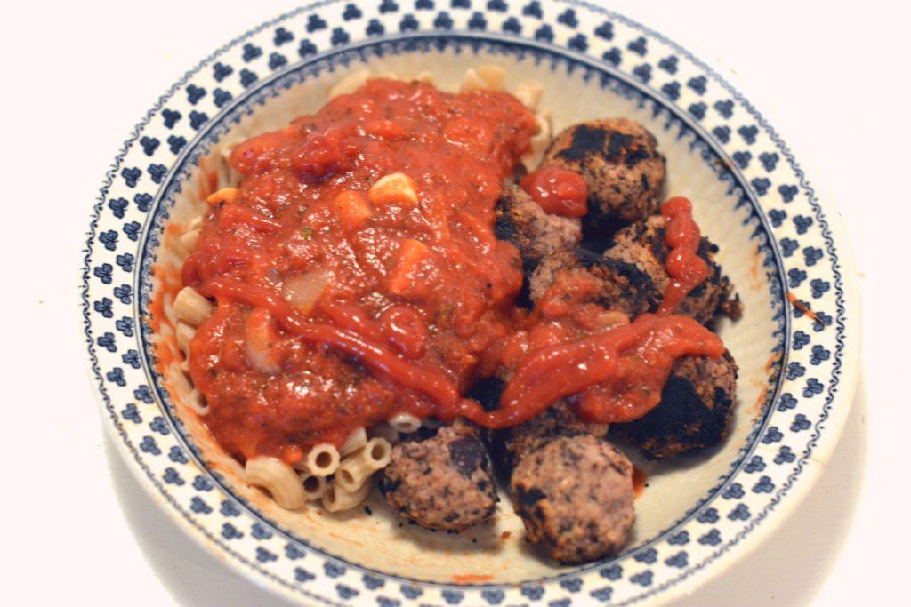 Gottebullar med hemlagade tomatsås och ketchup.