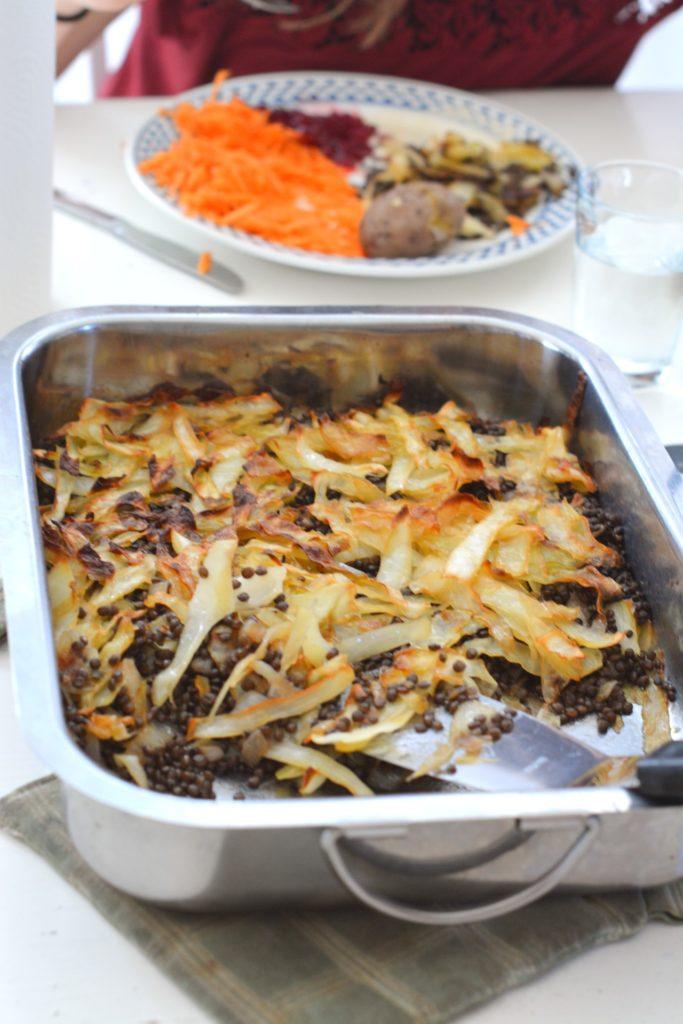 Kålpudding med belugalinser med potatis och gräddsås och rårivna morötter.