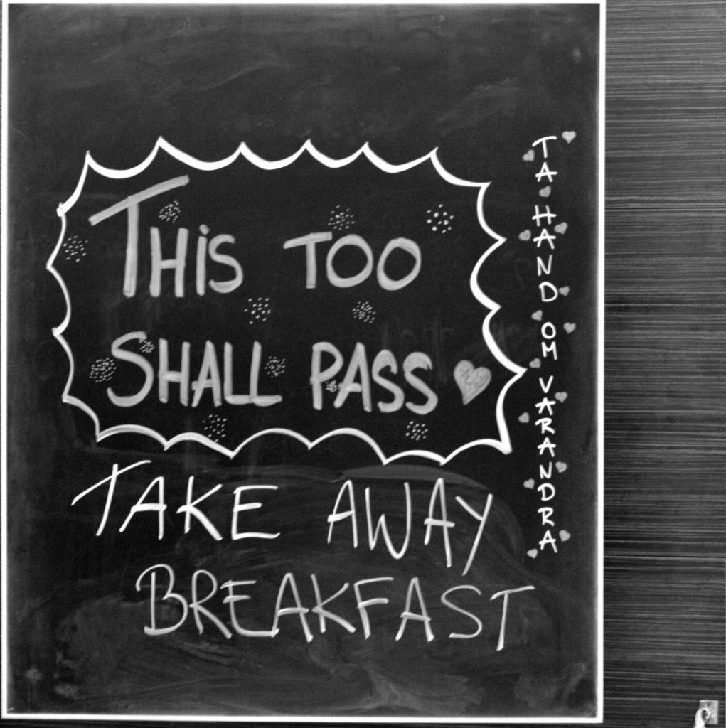 """""""This too shall pass,. Take away breakfeast."""" Skylt på frukostbuffén på Hotell Pommern. Svartvit bild."""