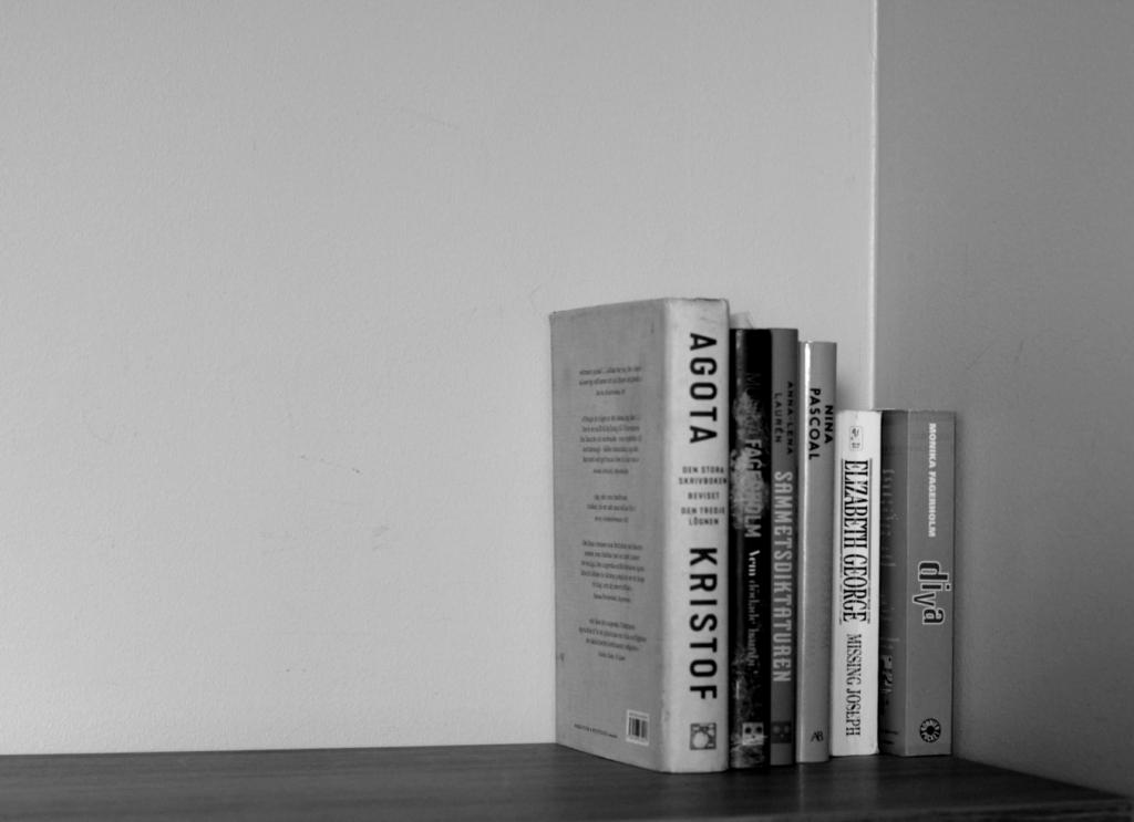 Böcker på hylla på Hotell Pommern. Svartvit bild.