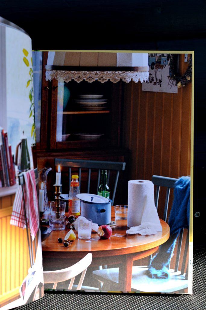 Stökigt matbord, bild i vegetariska kokboken Kaosvego av Sara Ask och Lisa Bjärbo.
