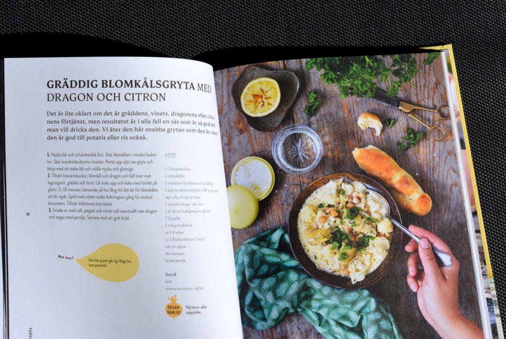 Bild på uppslag med recept ur vegatriska kokboken Kaosvego av Sara Ask och Lisa Bjärbo.