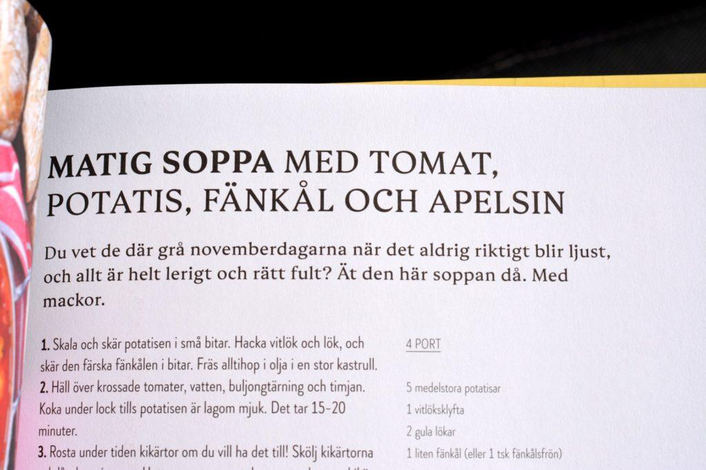 Beskrivning av receptet Matig soppa med tomat, potatis, fänkål och apelsin ur vegetariska kokboken Kaosvego av Lisa Bjärbo och Sara Ask.