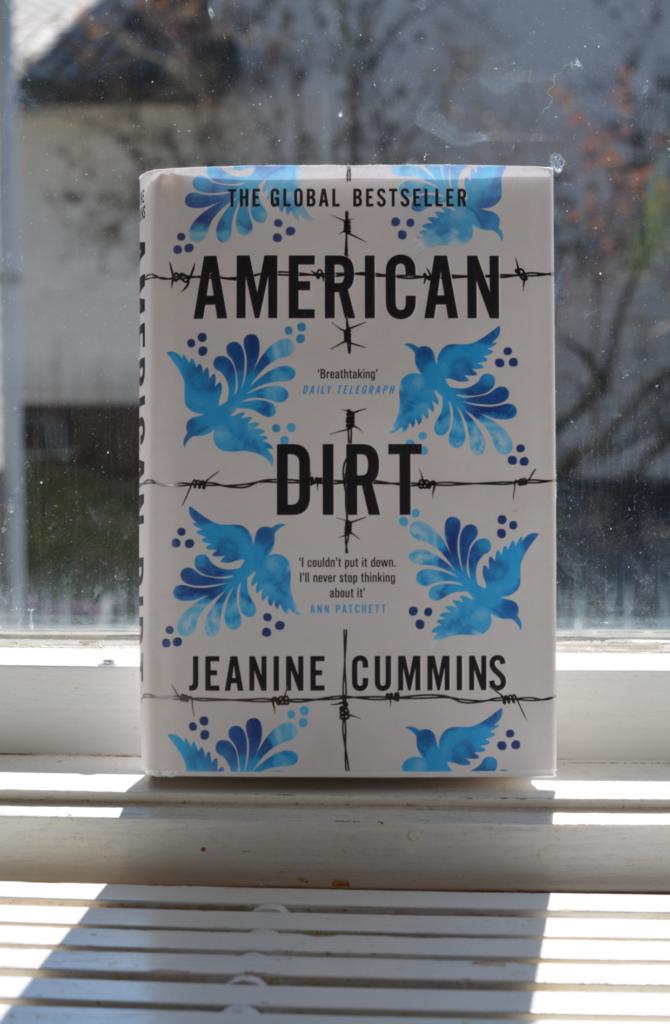 American dirt av Jeanine Cummins, uppställd i ett fönster.