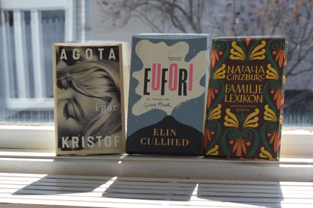 Igår av Agota Kristof, Eufori av Elin Cullhed och Familjelexikon av Natalia Ginzburg, i ett fönster i motljus.