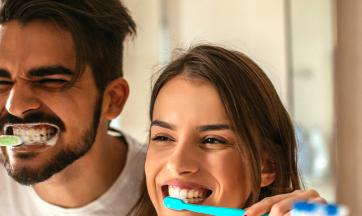 Paar beim Zähneputzen