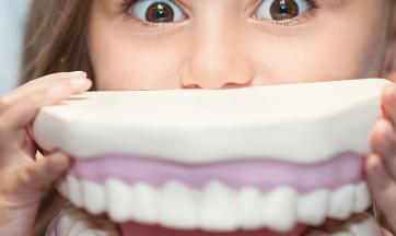 Mädchen und Zahngebiss