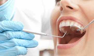 Frau bei Zahnreinigung