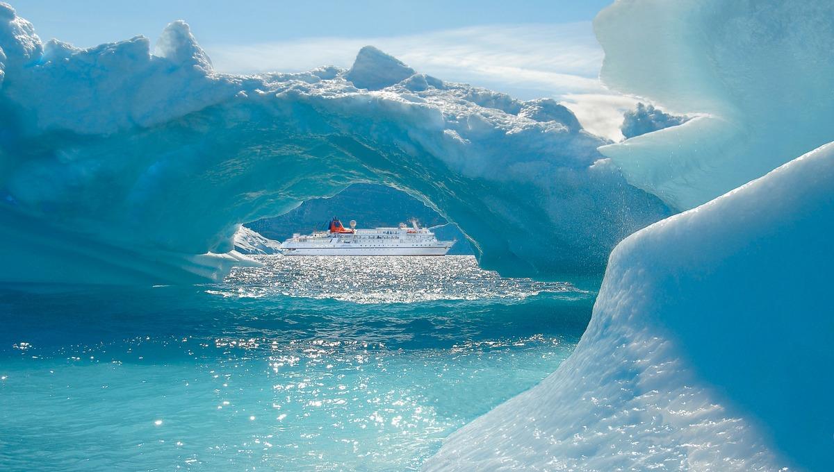 Hapag-Lloyd Cruises - MS Bremen in Greenland